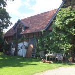 ein Antiquitätengeschäft im restaurierten Bauernhof.. die Inhaberin, Jahrgang 1956/67 kennt sich aus, sie hat auch noch den verstorbenen Klaus Heinrich Heuer gekannt, der längst verstorben sei.. ein Speielkamerad von uns in den 50 ern
