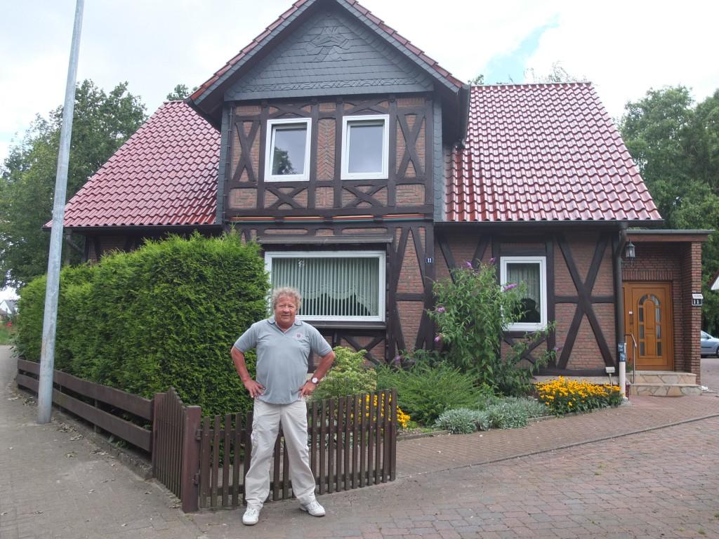 Der Enkel Klaus Beck, Sohn von Erika Sauer, geb 20.11.1921, gestorben 2008 Tochter des Friedrich Sauer geb. 1873, verstorben 1966 vor Opas Haus in der Katt´schen Straße, in dem er sein Altenteil, fernab von donnernden Zügen, bis zu seinem Tod im Jahre 1966 verbrachte